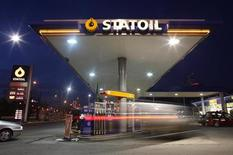 <p>Statoil a confirmé mercredi être en discussions pour céder ses parts dans le champ pétrolier géant de Kourna-Ouest 2, en Irak, à son partenaire russe Lukoil et, selon des sources irakiennes du secteur, les deux compagnies sont parvenues à un accord. /Photo prise le 5 février 2012/REUTERS/Kacper Pempel</p>