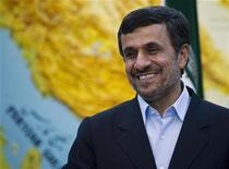 """<p>NOTA DE EDITOR: Reuters y otros medios extranjeros de prensa están sujetos a restricciones iraníes para dejar la oficina para reportear, filmar o tomar imágenes en Teherán. Imagen de archivo del presidente iraní, Mahmoud Ahmadinejad, antes de una reunión en Teherán, mar 3 2012. El presidente iraní, Mahmoud Ahmadinejad, compareció ante el Parlamento el miércoles para ser sometido a un interrogatorio sin precedente por parte de legisladores que lo acusaron de mala administración económica y de realizar designaciones """"ilegales"""". REUTERS/Caren Firouz</p>"""