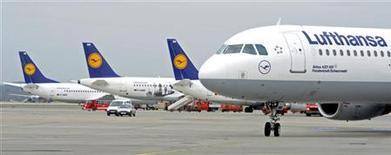 <p>Lufthansa a averti jeudi que son bénéfice d'exploitation serait probablement en recul en 2012 en raison de l'incertitude économique, du renchérissement du carburant et de possibles conflits sociaux. /Photo prise le 14 mars 2012/REUTERS/Fabian Bimmer</p>