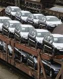 <p>Les immatriculations de voitures neuves ont à nouveau baissé en février dans la zone euro, en raison principalement de la faiblesse des marchés français et italien. /Photo d'archives/REUTERS/Michaela Rehle</p>