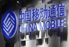 <p>China Mobile, numéro un mondial de la téléphonie mobile en nombre d'abonnés, a affiché un bénéfice net en hausse modérée de 4,6% au quatrième trimestre 2011, conforme aux attentes. L'opérateur pourrait voir sa croissance s'accélérer cette année s'il parvient à s'entendre avec l'américain Apple pour offrir l'iPhone. /Photo prise le 24 octobre 2011/REUTERS/Denis Balibouse</p>