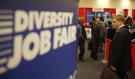 <p>Salon de l'emploi à Washington. Les inscriptions hebdomadaires au chômage ont diminué pour s'établir à un plus bas de quatre ans aux Etats-Unis lors de la semaine au 10 mars, à 351.000 contre 365.000 (révisé) la semaine précédente. /Photo d'archives/REUTERS/Jason Reed</p>