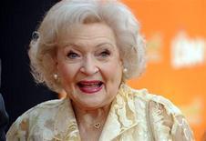 """<p>Foto de archivo de la actriz Betty White a su llegada al estreno del filme """"Dr. Seuss' The Lorax"""" en Los Angeles, feb 19 2012. Betty White, la reina de la comedia de 90 años, siguió siendo la estrella con más atractivo para la audiencia en el 2011 por segundo año consecutivo, según una encuesta sobre famosos publicada el jueves. REUTERS/Phil McCarten</p>"""