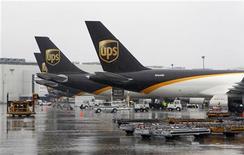 <p>United Parcel Services (UPS) est engagé dans des discussions constructives en vue du rachat de son concurrent néerlandais TNT Express et réaffirme son intention de faire une offre après avoir proposé le mois dernier un projet de rachat de 4,9 milliards d'euros. /Photo d'archives/REUTERS/John Sommers II</p>