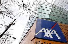 <p>AXA gagne 1,9%, plus forte hausse du CAC 40 à la mi-séance. L'assurance (+1,4%) affiche la plus forte hausse sectorielle en Europe, soutenue notamment par la perspective d'un assouplissement des exigences de capital dans le cadre de la prochaine réglementation Solvency II. /Photo d'archives/REUTERS/Mick Tsikas</p>