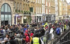 <p>Devant un Apple Store, à Londres. Le groupe américain a lancé vendredi sa tablette dans neuf pays, dont la France, et à Hong Kong, avant d'étendre la vente à une trentaine d'autres pays d'ici la fin du mois. /Photo prise le 16 mars 2012/REUTERS/Toby Melville</p>