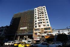 <p>Site en construction à Rangoun. Après des décennies d'isolement, la Birmanie va libéraliser ses règles d'investissement en autorisant les étrangers à créer une entreprise sans s'associer à un partenaire local et en leur accordant une exonération fiscale pendant cinq ans. /Photo prise le 24 jnavier 2012/REUTERS/Soe Zeya Tun</p>