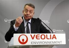 <p>Antoine Frérot, le PDG de Veolia Environnement. Le groupe a annoncé vendredi les départs de trois membres de son équipe de direction après avoir proposé la veille de ne pas renouveler les mandats de deux membres de son conseil d'administration réputés proches de l'ancien PDG Henri Proglio. Selon des sources proches du dossier, plusieurs administrateurs de Veolia ont envisagé de demander la démission de l'actuel PDG. /Photo prise le 1er mars 2012/REUTERS/Jacky Naegelen</p>