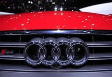 <p>Audi est sur le point de racheter le constructeur de motos italien Ducati pour 870 à 875 millions d'euros, selon une source proche du dossier. /Photo prise le 7 mars 2012/REUTERS/Denis Balibouse</p>