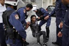 <p>قوات مكافحة الشغب تلقي القبض على متظاهر مناهض للحكومة في البحرين يوم الاربعاء. تصوير: أحمد جاد الله - رويترز</p>