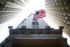 <p>A Wall Street, dans les premiers échanges, le Dow Jones prenait 0,80% (104 points) à 13.186 points. Le Standard & Poor's, plus large, gagnait 0,84% (11 points) à 1.408 points tandis que le composite du Nasdaq avançait de 0,84% (26 points) à 3.094 points. /Photo d'archives/REUTERS/Eric Thayer</p>
