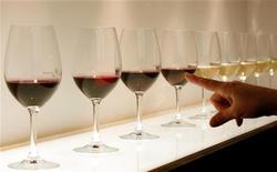 <p>Les plus grands producteurs de vin d'Italie s'allient avec le monde de la mode pour doper leurs ventes aux Etats-Unis et sur les marchés émergents, espérant ainsi compenser le tassement de la consommation dans la péninsule. /Photo d'archives/REUTERS/Alessandro Garofalo</p>