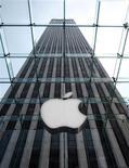 <p>Apple à suivre à la Bourse de New York. La commission australienne de la concurrence et de la consommation a déclaré qu'elle allait porter plainte contre le groupe informatique pour publicité mensongère liée à la dernière version de la tablette iPad. /Photo d'archives/REUTERS/Brendan McDermid</p>