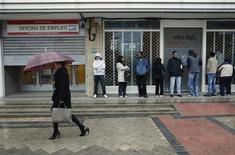 """<p>Demandeurs d'emploi devant une agence à Madrid. Alors que l'économie espagnole est déjà au bord de sa deuxième récession en trois ans, que le chômage dépasse 22% et que les coûts des emprunts d'Etat remontent, certains économistes prédisent au pays une """"décennie perdue"""" comme celle qu'a vécue le Japon dans les années 1990 et dont il ne s'est jamais vraiment remis. /Photo d'archives/REUTERS/Andrea Comas</p>"""