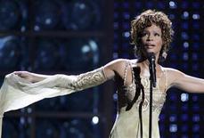 """<p>Imagen de archivo de la fallecida cantante Whitney Houston durante una presentación en los premios World Music en Las Vegas, sep 15 2004. El tráiler de la última película de Whitney Houston, """"Sparkle"""", se estrenó el lunes, ofreciendo un breve vistazo al último proyecto con el cual la fallecida cantante y actriz esperaba relanzar su carrera. REUTERS/Ethan Miller/Files</p>"""