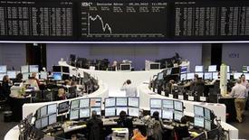 <p>Le rebond des Bourses européennes a fait long feu jeudi et toutes sont en repli à la mi-séance, en raison de craintes renouvelées sur la crise européenne des dettes souveraines, qui continue de pénaliser l'euro. À Paris, le CAC 40 cède 0,53%, cependant que la Bourse de Francfort recule de 0,91% et celle de Londres de 0,38%. /Photo prise le 5 avril 2012/REUTERS/Remote/Kirill Iordansky</p>