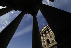 <p>La Banque d'Angleterre (BoE) a maintenu sans surprise jeudi son taux directeur à 0,5% -son niveau depuis mars 2009- et laissé inchangé le montant de son programme de rachats d'actifs, alors que se multiplient les signes augurant d'un retour à la croissance de l'économie britannique. /Photo d'archives/REUTERS/Stefan Wermuth</p>