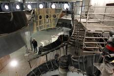 <p>Vue de l'intérieur d'un bateau en construction sur le site des chantiers navals de Saint-Nazaire. L'armateur Viking Ocean Cruises a annulé sa commande de deux paquebots passée en décembre aux chantiers navals de Saint-Nazaire, selon la direction de STX France. /Photo prise le 23 janvier 2012/REUTERS/Stéphane Mahé</p>