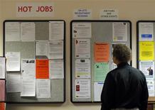 <p>Les inscriptions hebdomadaires au chômage ont diminué moins que prévu aux Etats-Unis lors de la semaine au 31 mars mais elles sont néanmoins tombées à leur plus bas niveau depuis près de quatre ans, à 357.000 contre 363.000 (révisé) la semaine précédente, selon le département du Travail. /Photo d'archives/REUTERS/Brian Snyder</p>