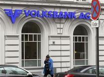 <p>La banque autrichienne en difficulté Volksbanken, dont l'Etat est sur le point de prendre une importante minorité du capital, a perdu 1,35 milliard d'euros en 2011. /Photo prise le 28 février 2012/REUTERS/Heinz-Peter Bader</p>