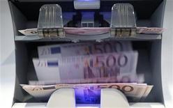 <p>Le déficit du budget de l'Etat français s'est établi à 24,2 milliards d'euros en février contre 28 milliards un an plus tôt, selon les données du ministère du Budget. /Photo d'archives/REUTERS/Pascal Lauener</p>