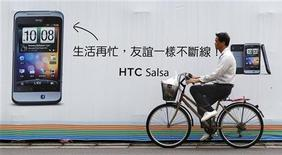 <p>Le fabricant taïwanais de smartphones HTC a vu son bénéfice net trimestriel chuter de 70% au premier trimestre, décevant les attentes pour s'établir à 4,464 milliards de dollars taïwanais (115,66 millions d'euros) contre 14,83 milliards de dollars un an plus tôt et 10,94 milliards au trimestre précédent. /Photo d'archives/REUTERS/Pichi Chuang</p>