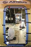 <p>Construction d'un A350 dans l'usine Airbus de Montoir-de-Bretagne près de Saint-Nazaire. Airbus a engrangé 90 commandes nettes au premier trimestre, toujours dominées par les monocouloirs A320, le segment le plus porteur de l'aviation civile, et portées notamment par la demande des compagnies aériennes asiatiques. /Photo prise le 19 décembre 2011/REUTERS/Stéphane Mahé</p>