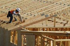 <p>Site de construction d'une maison en Californie. Le nombre d'emplois créés a été largement inférieur aux prévisions en mars aux Etats-Unis, ce qui laisse penser que la Réserve fédérale dispose d'une marge de manoeuvre pour un nouvel assouplissement monétaire, même si le taux de chômage est tombé à un plus bas de trois ans de 8,2%. /Photo prise le 20 mars 2012/REUTERS/Mike Blake</p>