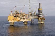 <p>Total a annoncé que ses plans d'intervention sur le puits à l'origine de la fuite de gaz émanant de sa plate-forme d'Elgin, en mer du Nord, pouvaient progresser, au lendemain du succès de la mission de reconnaissance menée par une équipe de spécialistes. /Photo d'archives/REUTERS/Total</p>