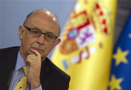 Spain's Treasury and Public Administration Minister Cristobal Montoro ponders a question during a news conference after the weekly cabinet meeting at Moncloa Palace in Madrid April 13, 2012. REUTERS/Sergio Perez