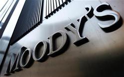<p>François Hollande prévient que l'agence de notation Moody's prendra une décision sur la note française le 12 mai et que ce ne sera donc pas une conséquence du vote à la présidentielle. /Photo prise le 2 août 2011/REUTERS/Mike Segar</p>