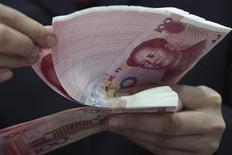 <p>La Banque populaire de Chine (PBOC) a franchi une nouvelle étape dans le processus menant sa monnaie, le yuan, vers un statut de devise convertible, en annonçant samedi le doublement de la largeur de sa bande de fluctuation contre le dollar. /Photo d'archives/REUTERS</p>