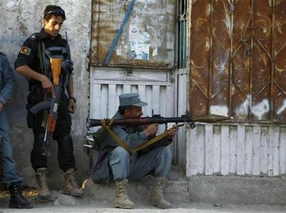 Afghan policemen take position at the site of an attack in Kabul April 15, 2012. REUTERS/Omar Sobhani