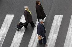 <p>Dans une rue de Rome. Le gouvernement italien s'attend à une contraction de l'économie légèrement inférieure à 1,3% en 2012. /Photo d'archives/REUTERS/Max Rossi</p>