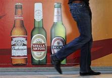 <p>Anheuser Busch InBev, premier brasseur mondial brassant notamment la bière Budweiser, va acquérir une participation de quelque 51% dans le dominicain Cerveceria Nacional Dominicana (CND) pour plus de 1,2 milliard de dollars (918 millions d'euros). /Photo d'archives/REUTERS/Yves Herman</p>