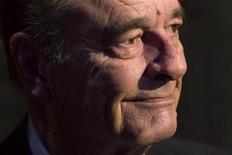 <p>L'ancien président Jacques Chirac entend selon un de ses proches voter pour le candidat socialiste François Hollande à l'élection présidentielle, une affirmation dont doute Nicolas Sarkozy. Jean-Luc Barré, un historien et écrivain qui a aidé Jacques Chirac à rédiger ses mémoires, a confirmé à Reuters ses propos tenus dans un entretien au Parisien. /Photo d'archives/REUTERS/Charles Platiau</p>