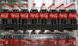 <p>Le bénéfice trimestriel de Coca-Cola est ressorti supérieur aux prévisions pour le premier trimestre, à 2,05 milliards de dollars. Son chiffre d'affaires a augmenté de 6% à 11,14 milliards de dollars. /Photo d'archives/REUTERS/George Frey</p>