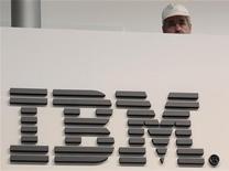 """<p>IBM, dont le titre figure parmi les valeurs à suivre mardi sur les marchés américains, publie ses résultats après la clôture. Une filiale de Toshiba a dit mardi vouloir racheter l'activité terminaux points de vente d'IBM pour 850 millions de dollars (646,5 millions d'euros), afin de s'assurer des clients comme Wal-Mart Stores et Toys """"R"""" Us. /Photo d'archives/REUTERS/Tobias Schwarz</p>"""