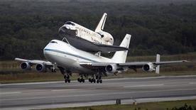 """<p>Après 28 ans de bons et loyaux services, la navette spatiale américaine """"Discovery"""" a décollé mardi de Floride sur le dos d'un Boeing 747 aménagé pour son dernier voyage : le musée national Smithsonian de l'espace et de l'aéronautique, en Virginie. /Photo prise le 17 avril 2012/REUTERS/Pierre Ducharme</p>"""