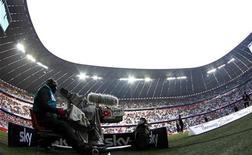 <p>Sky Deutschland l'a emporté largement sur Deutsche Telekom pour les droits de diffusion pour les quatre prochaines saisons à partir de 2013/2014 de la Bundesliga, le championnat de football allemand, une victoire vitale pour l'avenir du groupe de télévision payante déficitaire. /Photo prise le 11 février 2012/REUTERS/Michaela Rehle</p>