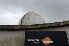<p>China Petrochemical (Sinopec) est en discussion avec le groupe pétrolier espagnol Repsol pour acheter sa filiale argentine YPF, alors que cette dernière risque la nationalisation, selon le site chinois d'informations financières Caixin.com. /Photo prise le 17 avril 2012/REUTERS/Eloy Alonso</p>