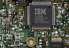 <p>IBM a relevé ses prévisions de résultats annuels après avoir fait état d'une hausse de 15% de ses résultats au premier trimestre, portés par une forte demande pour ses services dans les logiciels et la croissance dans les marchés émergents. /Photo prise le 5 mars 2012/REUTERS/Gleb Garanich</p>
