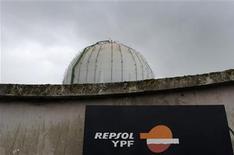 <p>Vista general de una planta de gas de la firma Repsol YPF en Gijón, España, abr 17 2012. Repsol-YPF advirtió el lunes de que podría tomar acciones legales contra compañías que inviertan en YPF, después de que Argentina se hizo con el control de la filial de la petrolera española la semana pasada. REUTERS/Eloy Alonso</p>