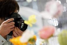 <p>Canon, qui a livré des résultats trimestriels stables, a relevé ses prévisions pour 2012 en évoquant l'essor de la demande pour ses appareils photo numériques haut de gamme. Le groupe table désormais sur un résultat opérationnel annuel à 450 milliards de yens (4,12 milliards d'euros), contre une précédente prévision de 390 milliards de yens, alors que les analystes anticipent 466 milliards de yens. /Photo prise le 24 avril 2012/REUTERS/Toru Hanai</p>