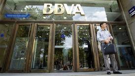 <p>BBVA a atteint en avance le principal objectif de solvabilité fixé par les autorités européennes sans avoir eu à lever de capitaux, en dépit d'une baisse de 13% de son bénéfice au premier trimestre. /Photo d'archives/REUTERS/Albert Gea</p>
