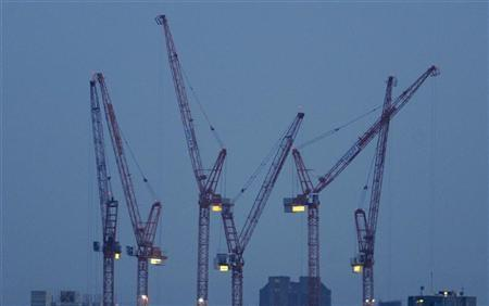 Cranes are seen on the dusk skyline in central London January 22, 2009. REUTERS/Toby Melville (BRITAIN)