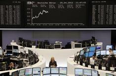 <p>Les Bourses européennes évoluent en nette progression mercredi à la mi-journée: le CAC 40 avance de 1,88%, la Bourse de Francfort gagnait 1,41% mais la Bourse de Londres, affectée par l'annonce des mauvais chiffres du PIB britannique au premier trimestre, ne gagnait que 0,21%. /Photo prise le 25 avril 2012/REUTERS/Remote/Kirill Iordansky</p>