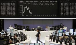 <p>Les Bourses européennes évoluaient en baisse à mi-séance jeudi , un mauvais indicateur économique dans la zone euro ayant supplanté de bonnes publications de résultats d'entreprises. A Paris, le CAC 40 reculait de 0,73% à 3.209,92 points. A Francfort, le Dax reculait de 0,36% et à Londres, le FTSE était stable (+0,03%). L'indice paneuropéen Eurostoxx 50 cédait 0,66%. /Photo prise le 26 avril 2012/REUTERS/Remote/Marte Kiessling</p>