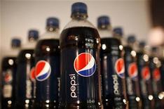 <p>PepsiCo fait état d'une baisse moins marquée que prévu de son bénéfice net au premier trimestre, à la faveur notamment d'une hausse de ses prix. /Photo d'archives/REUTERS/Mike Segar</p>