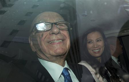 News Corporation Chief Executive and Chairman, Rupert Murdoch, smiles as he leaves with his wife Wendi and son Lachlan after giving evidence for the second day at the Leveson Inquiry at the High Court in London April 26, 2012. REUTERS/Olivia Harris